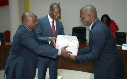 Don d'ouvrages juridiques de l'Association des Cours constitutionnelles ayant en partage l'usage du français à la Cour constitutionnelle de la république du Congo